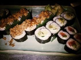 De izquierda a derecha: satay maki, veggie maki y california roll