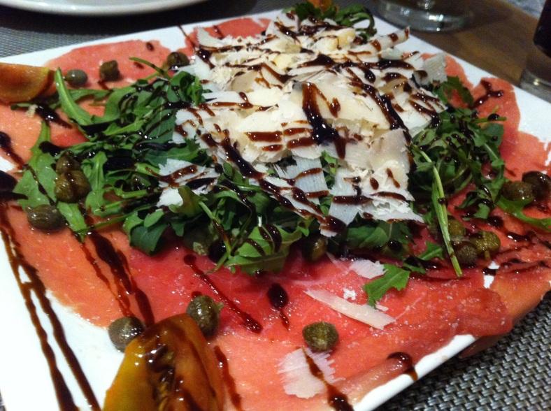 Carpaccio con rúcula y parmesano