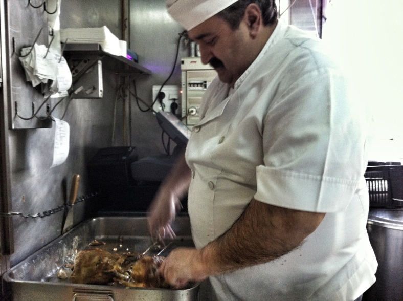 Jose, el becario, aprendiendo a cortar pollo