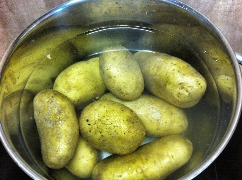 Patatas enteras en agua fría