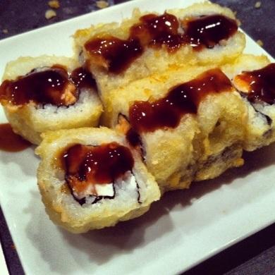 Maki tempurizado de salmón y queso crema