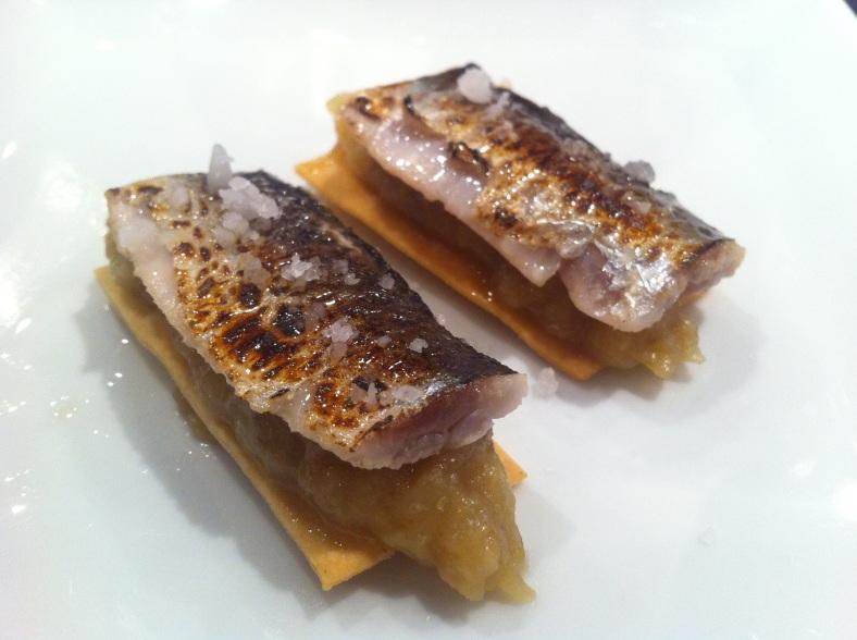 Sardinas ahumadas con aceite de piña sobre puré de berenjena