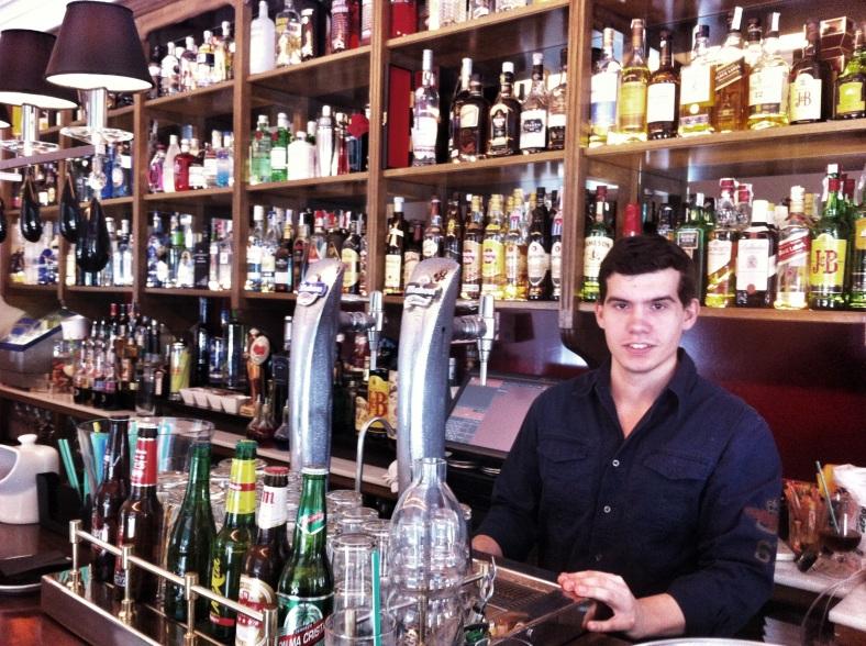 Ricardo en la barra de Gasset Habana