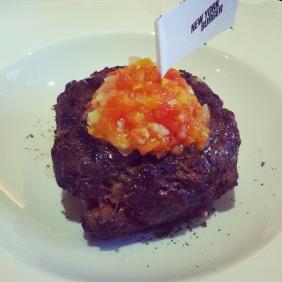 Hamburguesa al plato con sofrito de cebolla y tomate