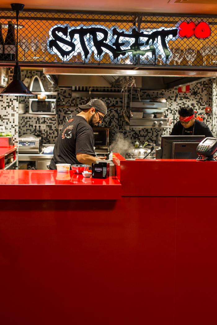 Foto tomada de cocina clandestina: Rafa y Johny en plena acción