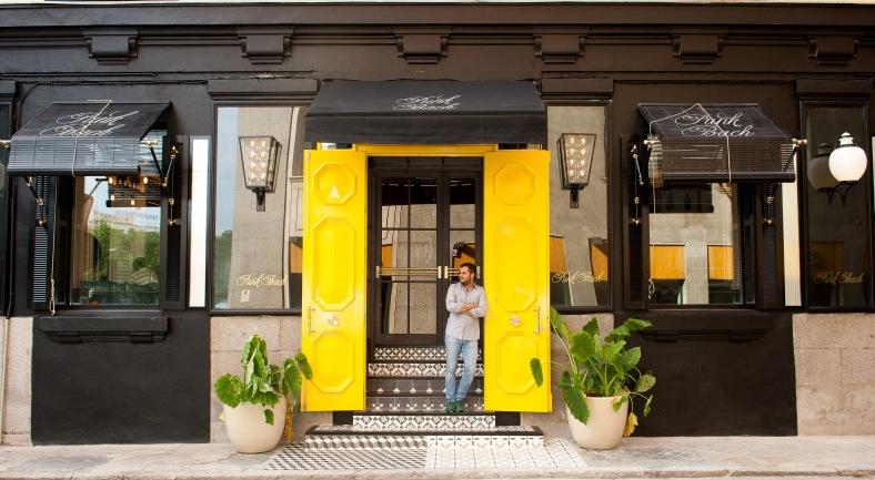 Emiliano Suarez apoyado en la inconfundible puerta amarilla