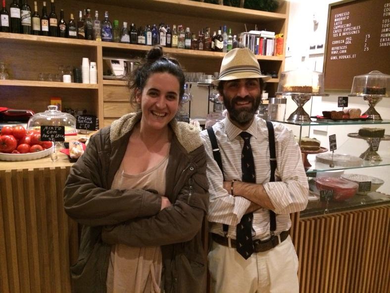 Nuestra colaborador Totti y el simpático camarero de Pez Baker Juan