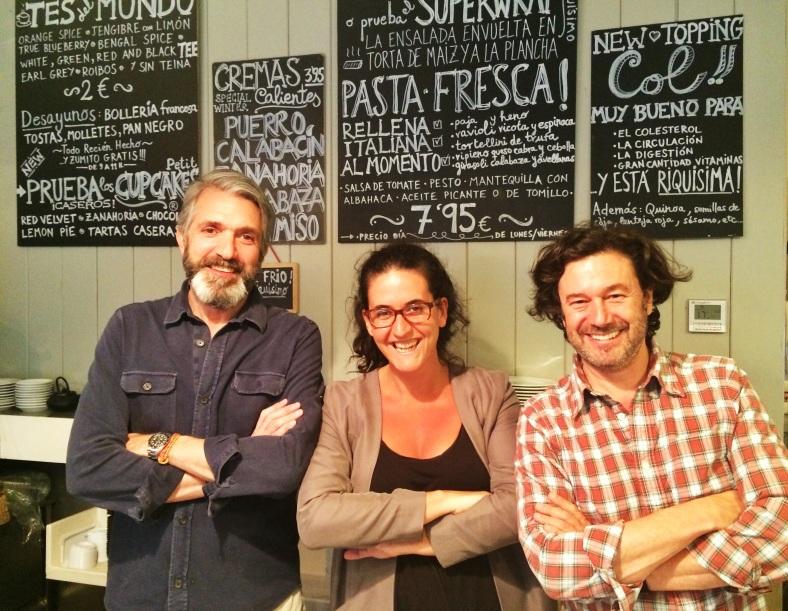 Totti con Juan y Pablo, los dueños de Petit Appetit