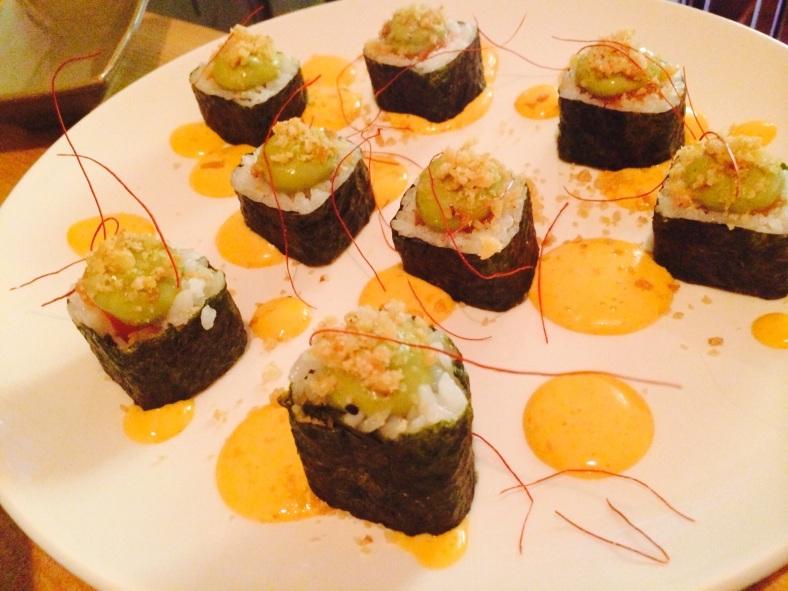 Maki de salmón y guacamole