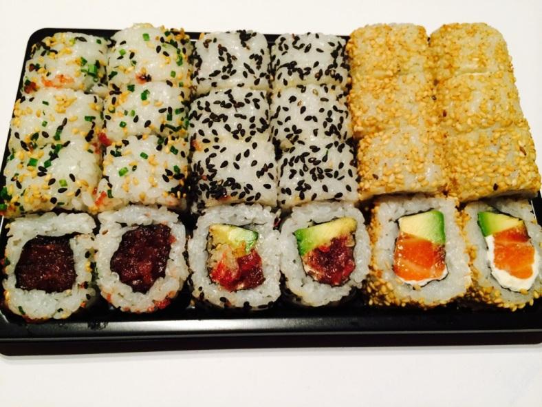 Bandeja variada en la que en medio encontráis el spicy tuna crunch