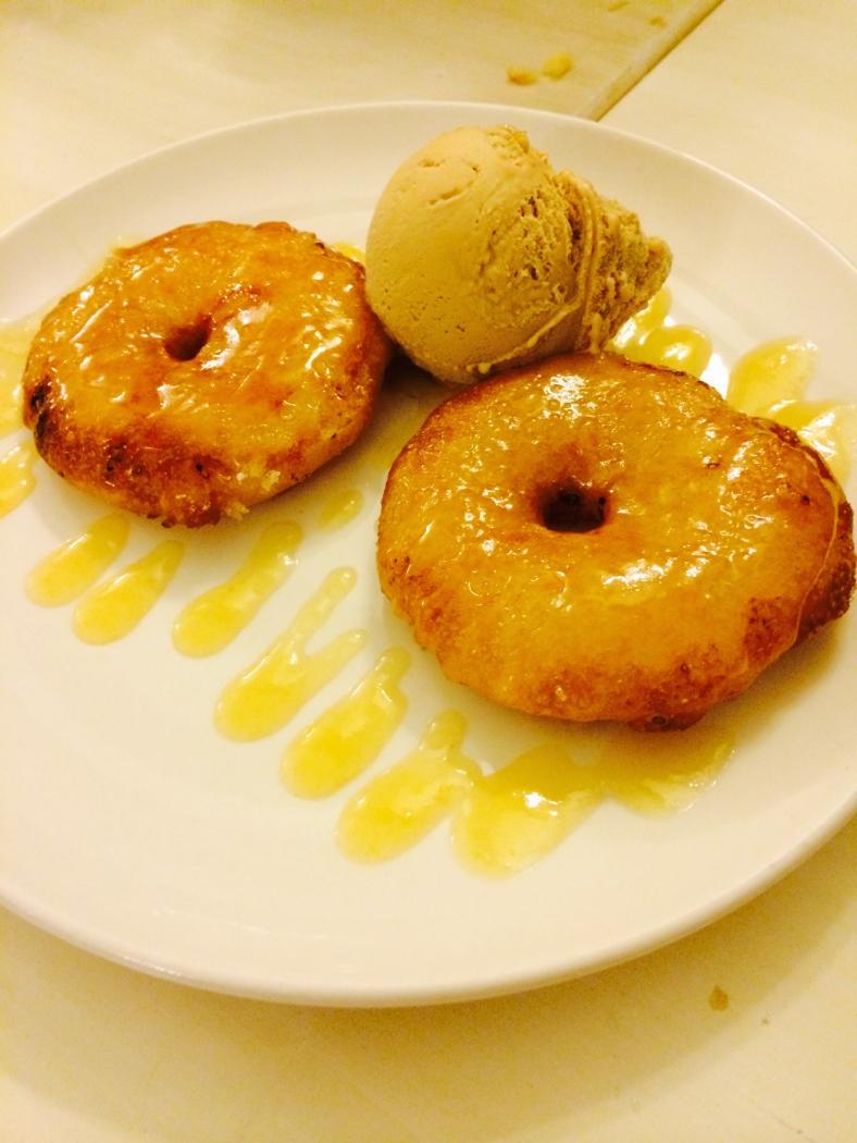 Buñuelos de manzana con helado de turrón