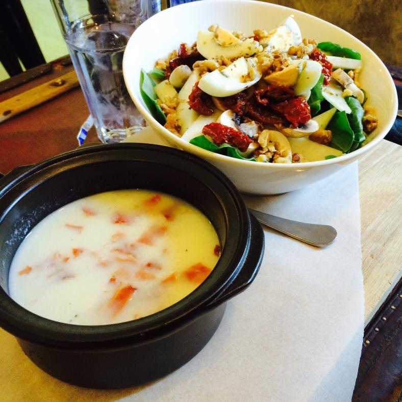 Sopa fría y ensalada de Mür Café