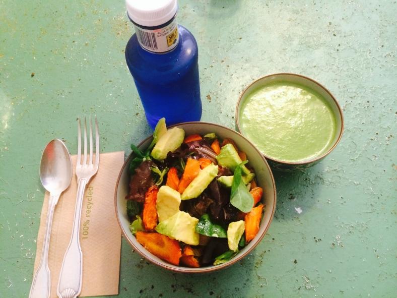 Ensalada, gazpacho verde y agua de Il Tavolo Verde