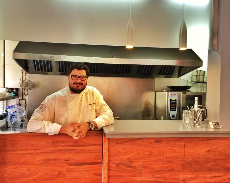 El chef Carlos Moreno delante de su cocina