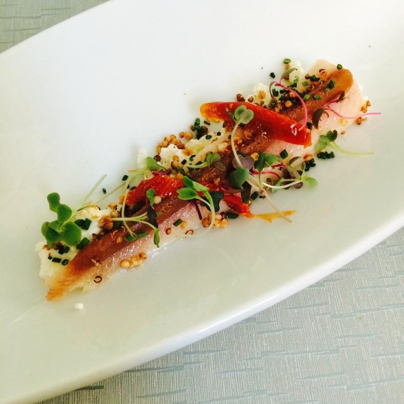 Anguila ahumada con ricotta, tomates secos, brotes tiernos y quinoa crispy