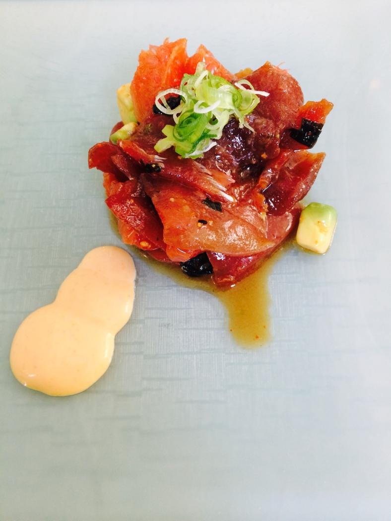 Tartar de atún picante con aguacate, alga wakame, pomelo rosa y mayonesa de kimuchi