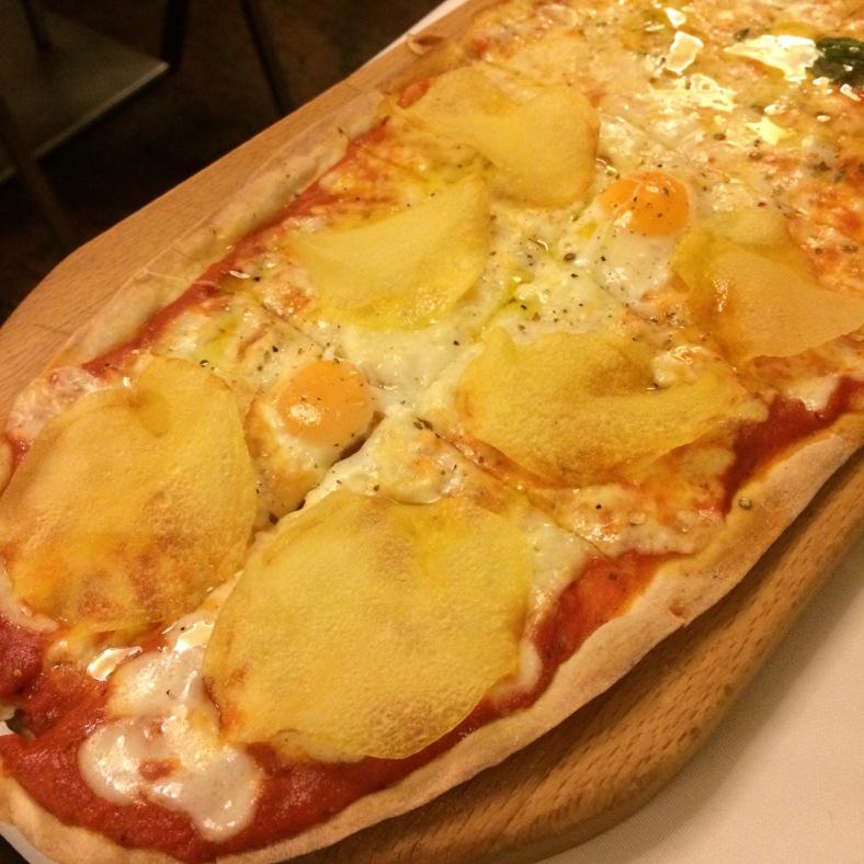 Mitad de la pizza de huevos de codorniz