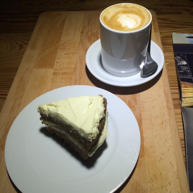 Carrot cake con un buen café en Monkee Koffee