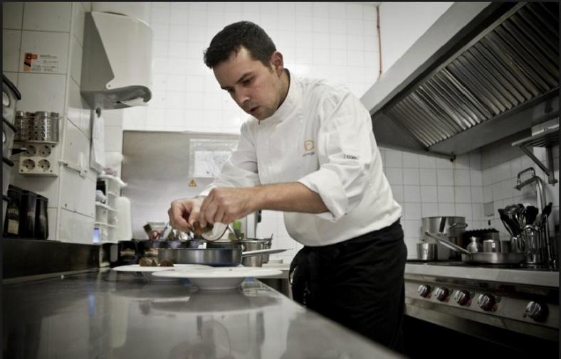 El chef Francis Refolio en plena faena