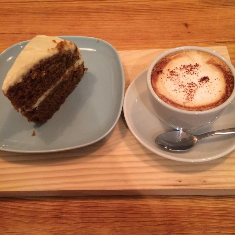 Una buena taza de café con su trozo de carrot cake