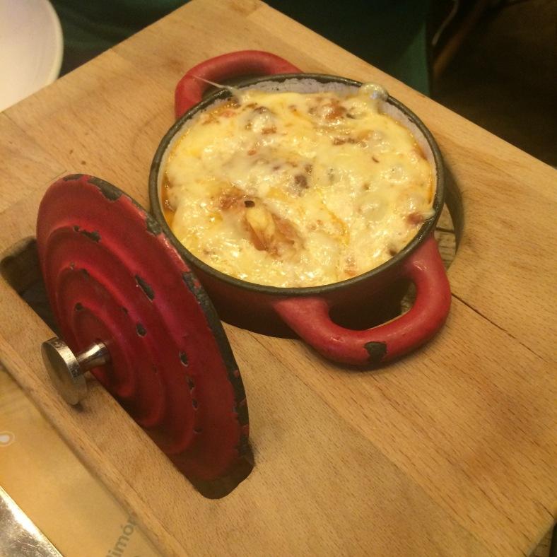 Cazuelita de queso y chorizo
