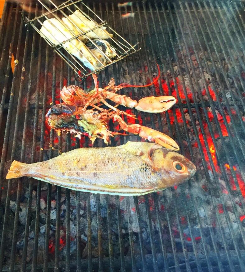 Brasas llenas de pescados