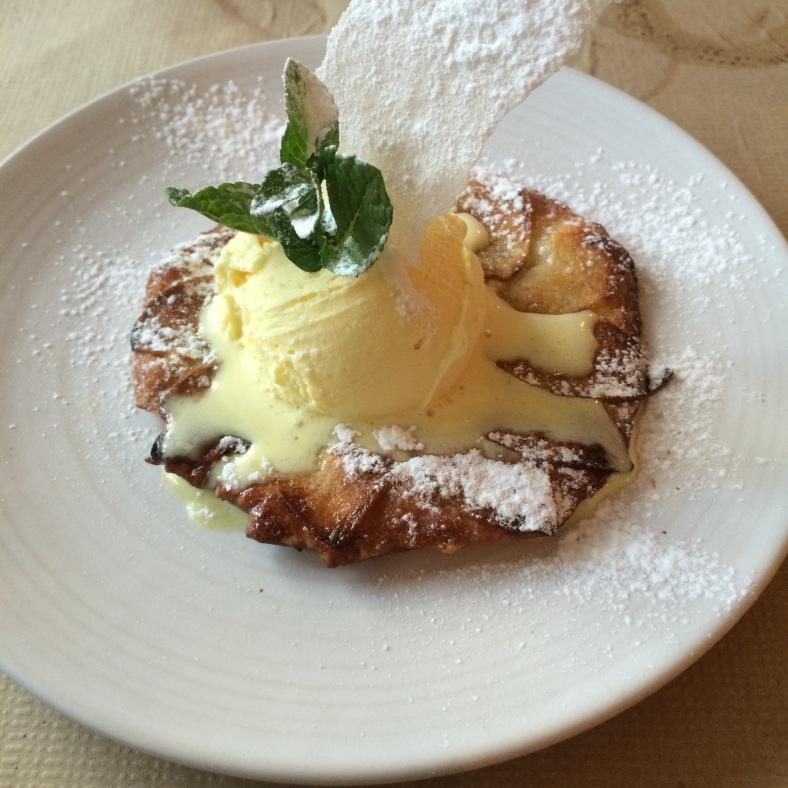 Tarta fina de manzana al estilo francés con helado de cookies