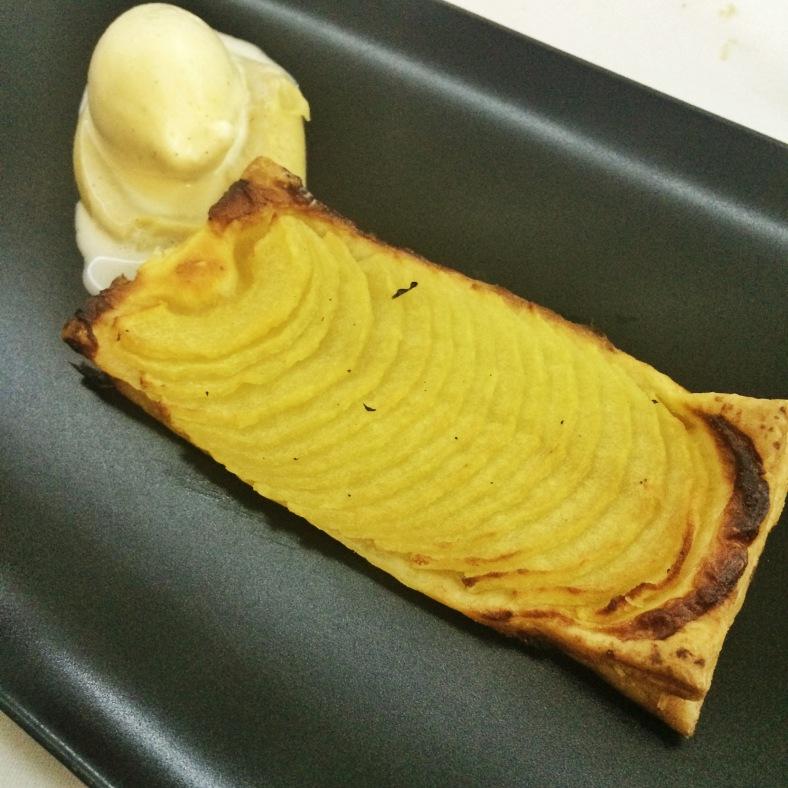 Tarta de manzana casera con helado de vainilla