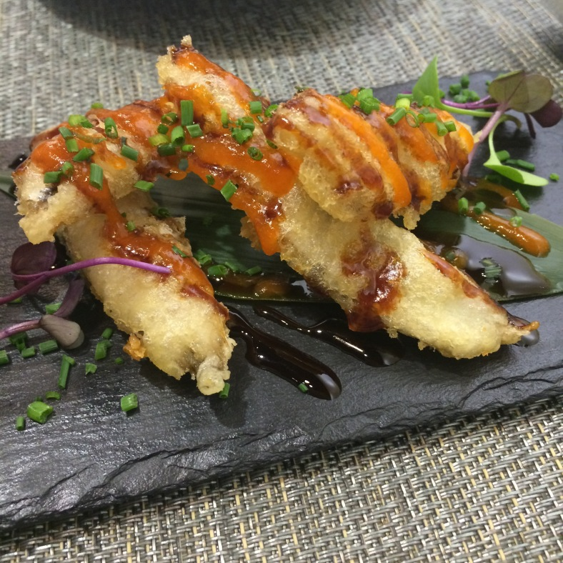 Tempura de boquerón con salsa de anguilas y coulis de pimiento rojo