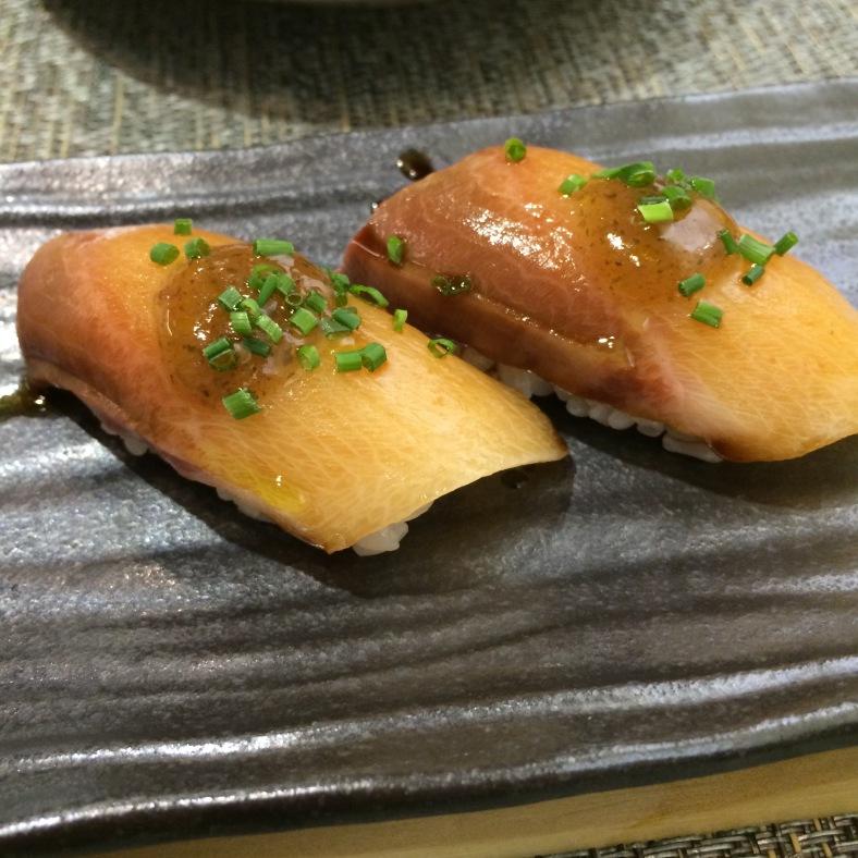 Nigiri de pez limón con umeboshi