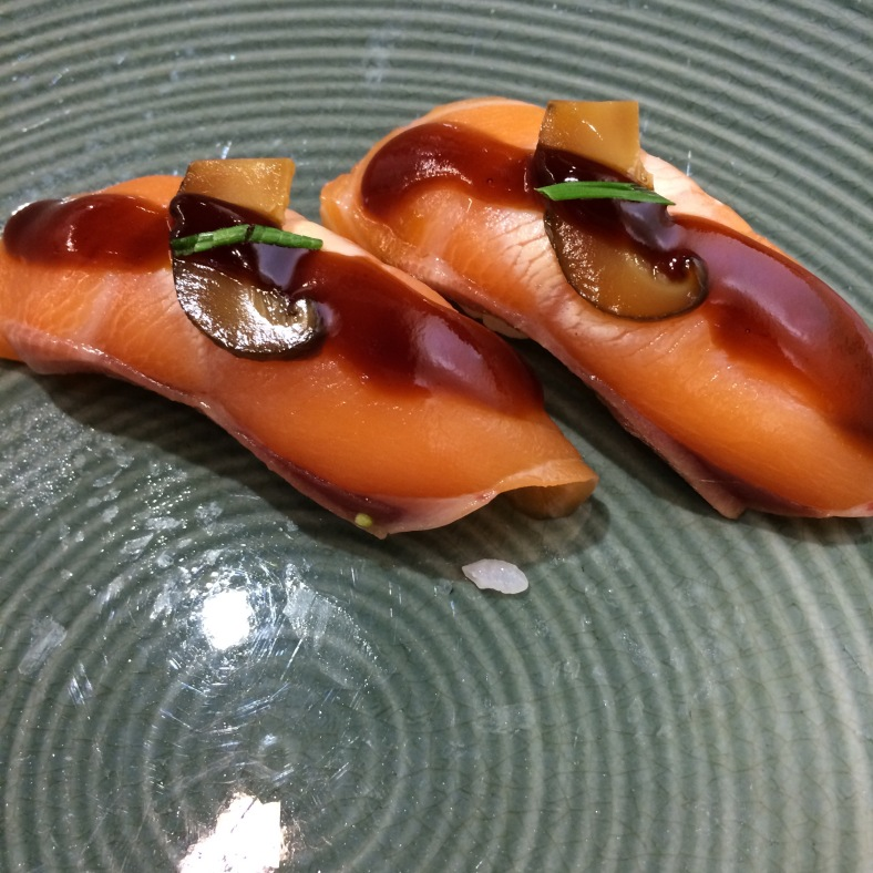Nigiri de salmón con shitake y salsa de anguila