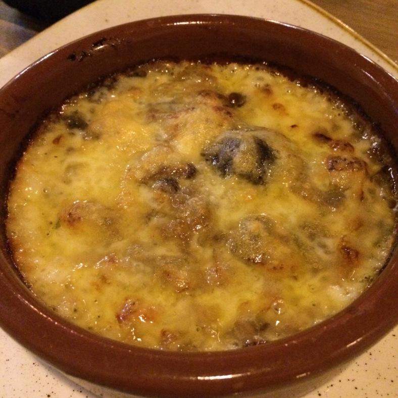 Provolone con setas y cebolla caramelizada