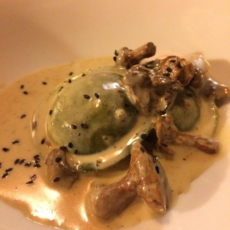 Raviolis de trigueros con queso de leche cruda de oveja y salsa funghi