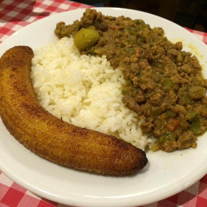 Picadillo criollo con plátano frito y arroz