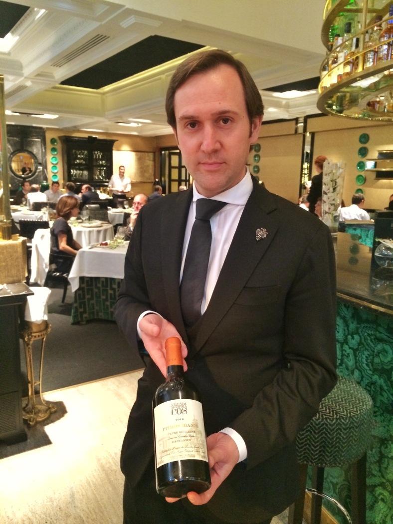 Valerio Carrera presentándonos el vino de la comida