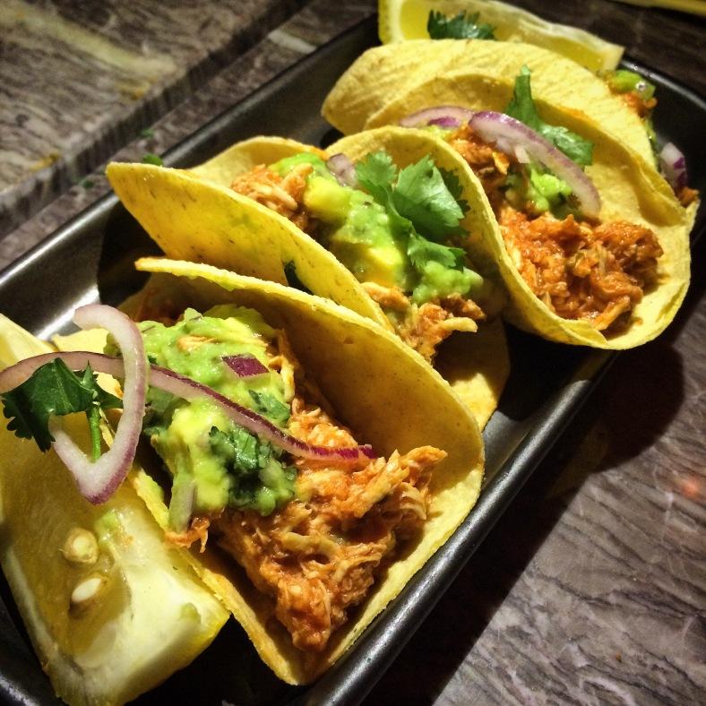 Tacos al pastor con guacamole
