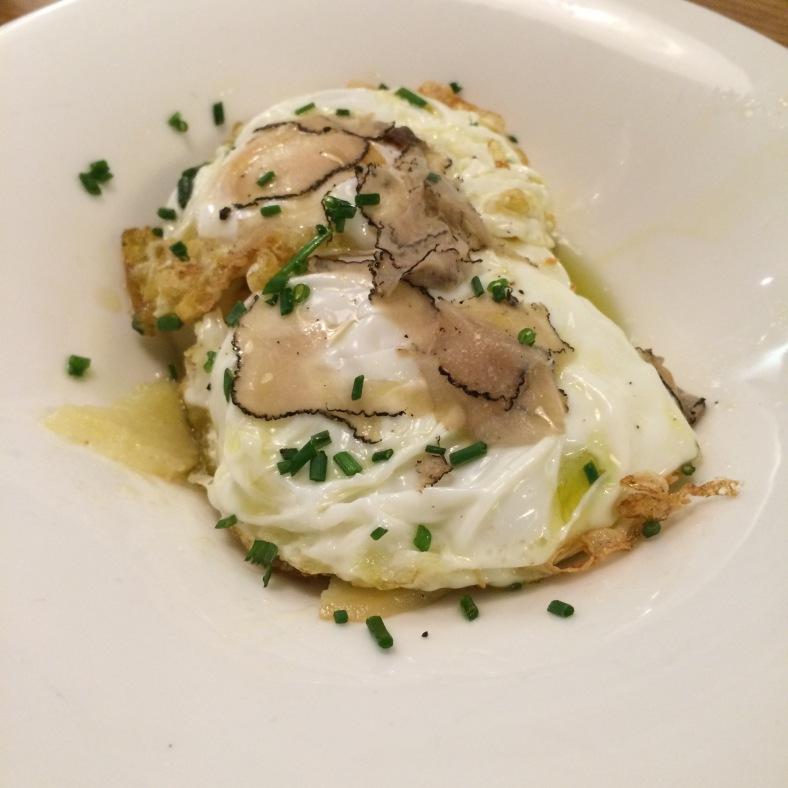 Huevos de corral ecológicos con patatas confitadas y trufa negra