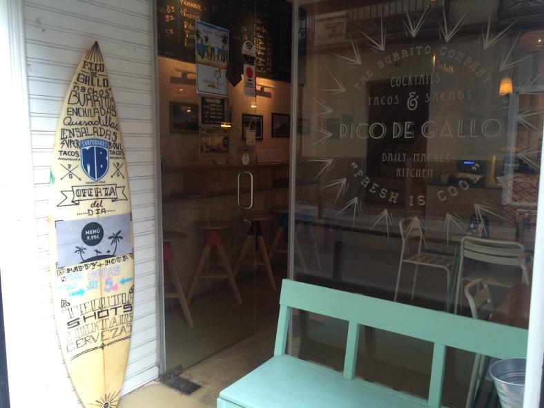 A los que nos gusta el mundo del surf, esa tabla nos incita a entrar para ver que se cuece dentro