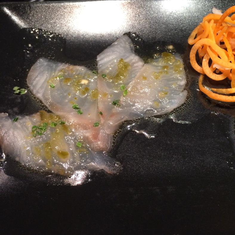 Usuzukuri de dorada con salsa de jalapeños y cebollino