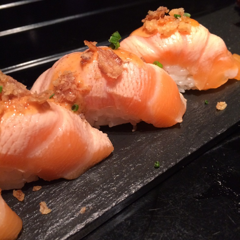 Nigiri de salmón flambeado con cebollita crujiente y mayonesa japonesa
