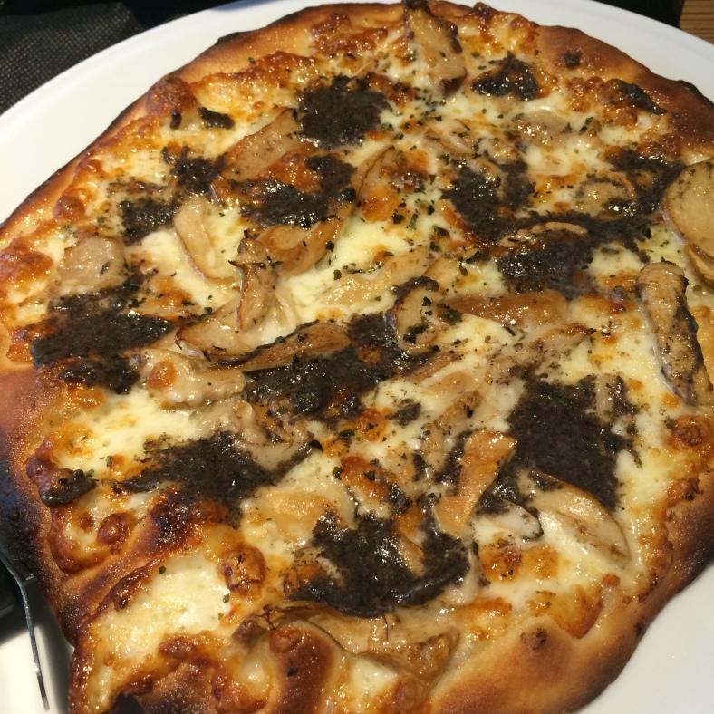 Pizza de trufa y boletus