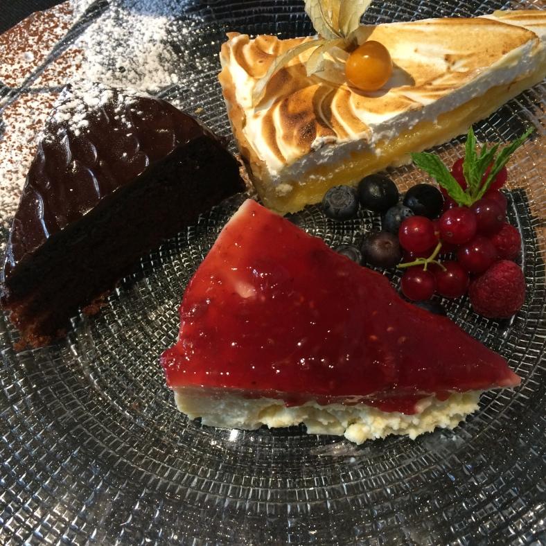 Selección de tartas: cheesecake, lemon pie y tarta sacher