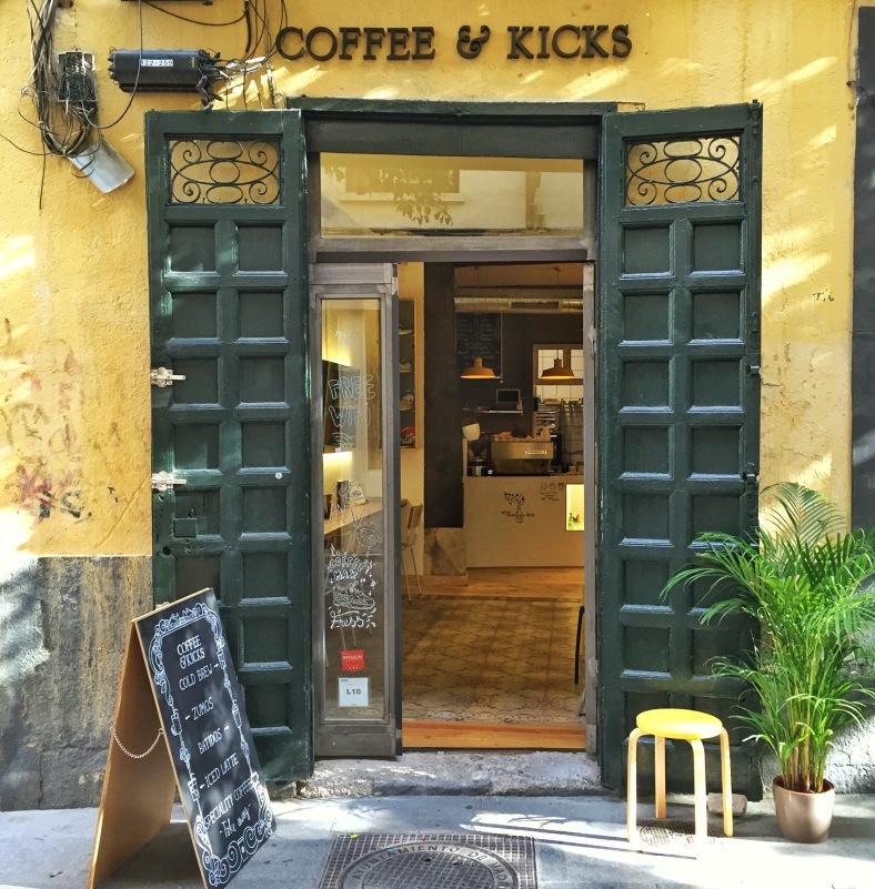 La entrada al paraíso del café y las zapatillas