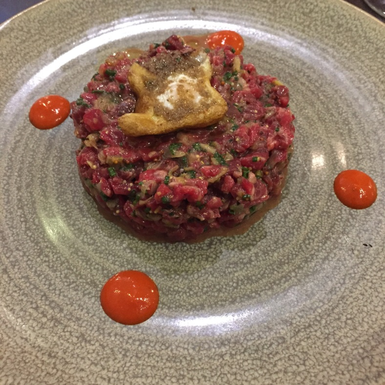 Steak tartar con trufa y huevo de codorniz