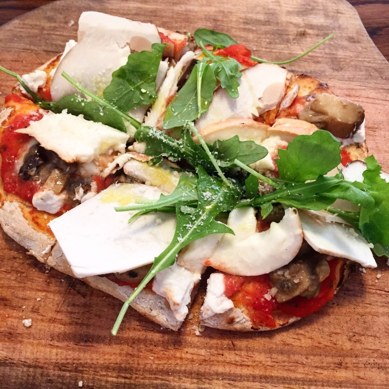 Pizza de boletus, ricotta, rúcula y parmigiano