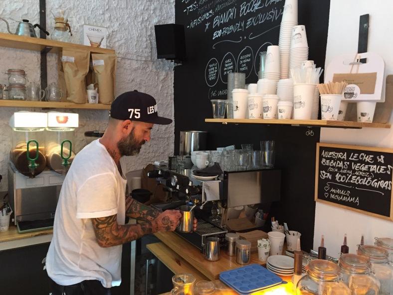 Sandro Bianchi, es el dueño de este pequeño templo del café