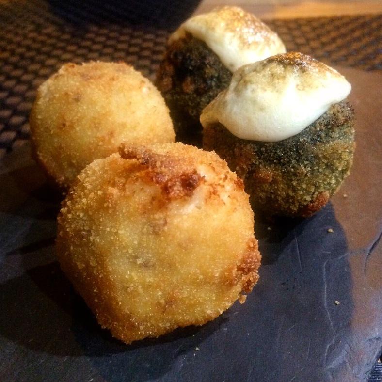 Croquetas: caseras de jamón y gratinadas de chipirones en su tinta