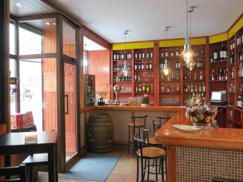Una barra y unas mesas altas os recibirán nada más entrar a La Chusquery