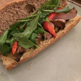 Sandwich de ternera y hummus