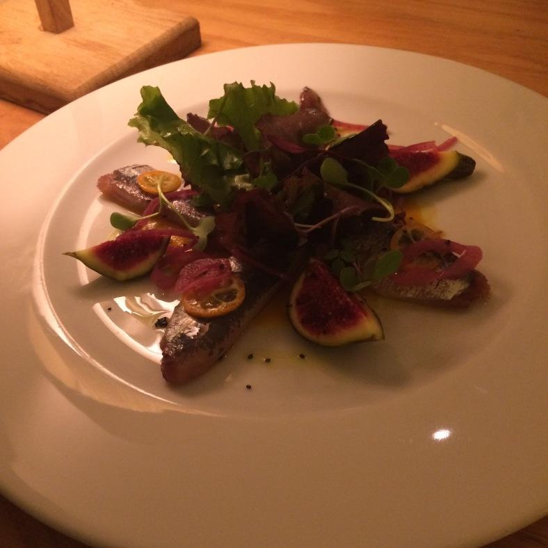 Ensalada de sardinas ahumadas con higos frescos y kumquats
